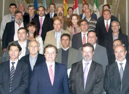 el alcalde firma convenio con la junta y diputacion